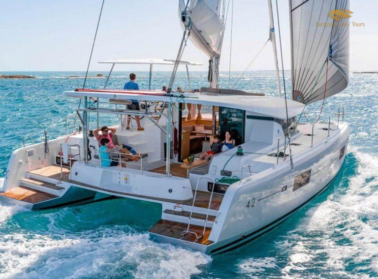 Catamaran tour in Santorini